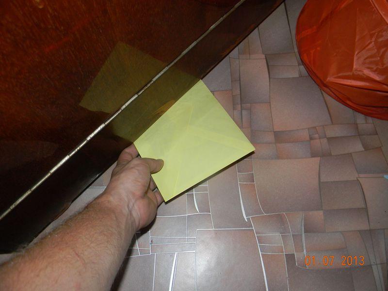Достаем спрятанный конверт с деньгами для девушки